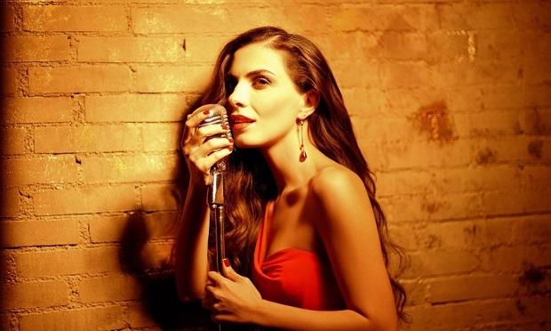 Βιογραφία της τραγουδίστριας Φωτεινή Δάρρα.